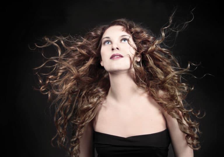 Kampaaja: Annika Fridsten / Salong Trend, malli: Emelie Nyström, kuvaaja: Ramona Bach, käytetty materiaali: 50 cm laine, B8