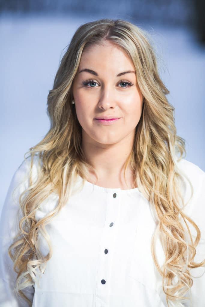 Kampaaja: Elina Priuska/ Hius- ja Kauneuskeskus Royal Beauty Spa, malli: Iida Takamäki, kuvaaja: Krista Luoma, käytetty materiaali: 50 cm suora silver ja 8.22