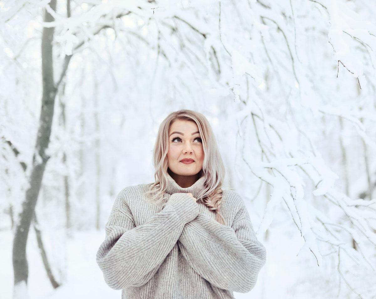 Kampaaja: Annakaisa Laine, Yritys: Hair Mondo, Malli: Annukka Laine, Käytetty materiaali: 1,5 pakettia Simply Natural -sinettihiusta 50 cm, sävy Silver, Valokuvaaja: Mikko Kaaresmaa